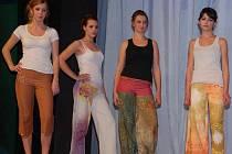 Na módní přehlídce předvedli studenti Střední oděvní školy vlastní modely, se kterými soutěží na celostátní soutěži Mladý tvůrce v Jihlavě.