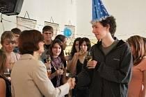 Nadanému chemikovi uspořádala třída oslavu.
