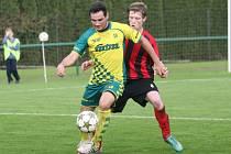 Fotbalisté Napajedel (ve žlutém) porazili Hodonín 1:0.