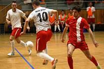 Hodonínští futsalisté (v červených dresech) remizovali ve 2. lize se čtvrtým Vyškovem 3:3 a poprvé od 13. listopadu loňského roku brali ve sportovní hale TEZA alespoň bod.