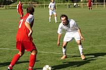 Fotbalisté Kněždubu (v bílých dresech) v první B třídě získali další tři body, když na hřišti Strážnice díky proměněné penaltě Romana Grabce zvítězili 1:0.