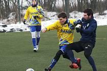 Mutěničtí fotbalisté v zimní přípravě deklasovali Ratíškovice 10:0. Mladého obránce Baníku Tomáše Bábíčka (ve žlutém dresu) atakuje domácí záložník Tomáš Drápal.