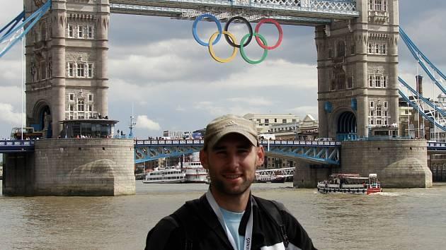 Hodonínský atlet Lukáš Lípa se vyfotil na olympijských hrách v Londýně i před známým mostem Tower Bridge.