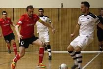Futsalisté Hodonína (v bílých dresech) prohráli v závěrečném zápase Chrudimi 2:4 a společně s Hradcem Královém sestoupili z první ligy.