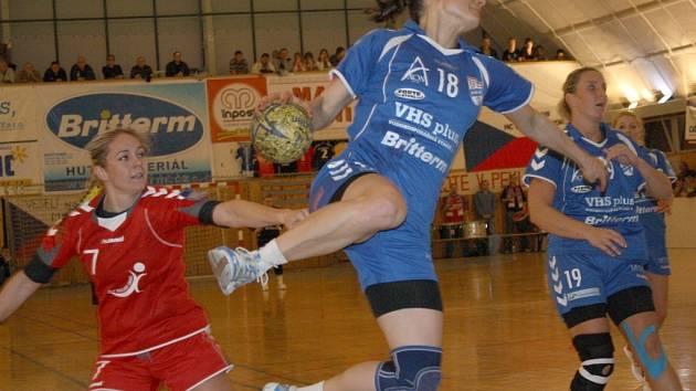 Veselská kapitánka Tereza Chmelařová (v modrém) střílí gól do sítě Sence. Britterm vyhrál v 7. kole interligy 26:19.