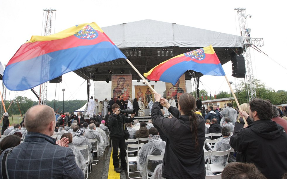 Pravoslavná bohoslužba ve Slovanském hradišti uspořádaná k oslavě 1 150. výročí příchodu věrozvěstů Cyrila a Metoděje na Velkou Moravu.