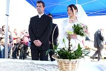 Své ANO si novomanželé řekli na startu násedlovického závodu.