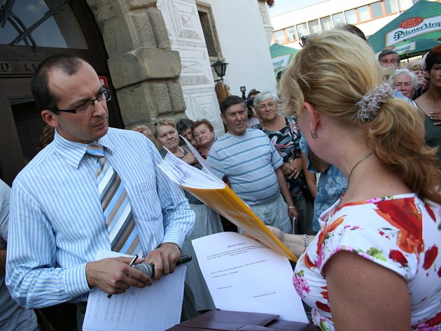 Předali petici před radnicí