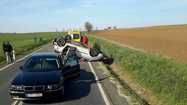 Při nehodě u Šardic se zranili tři lidé.