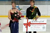Pět tisíc korun. Takovou částkou přispěli organizátoři ledové show společně s diváky na podporu dvouleté Karolínky Klimešové. Tradiční exhibice byla vyvrcholením letošní sezony oddílu KRASO Hodonín. Na Slovácko dorazil i Michal Březina se sestrou Eliškou.