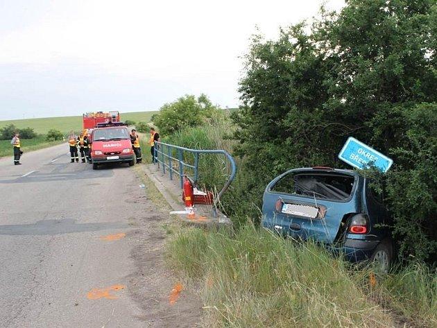 Na hranicích okresů Břeclav a Hodonín mezi Terezínem a Krumvíře ve středu večer bourala čtyřiačtyřicetiletá řidička.