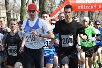 Hlavní závod dvanáctého ročníku Hodonínského krosu vyhrál břeclavský běžec Roman Paulík. Mezi ženami kralovala mladá Slovenka Zuzana Durcová.