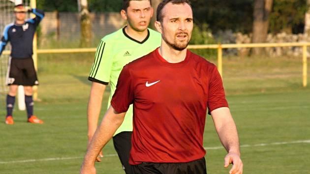 Šestatřicetiletý čejkovický útočník Radovan Maňák ve finále okresního poháru potvrdil pověst kanonýra, když třemi přesnými zásahy sestřelil Lipov.