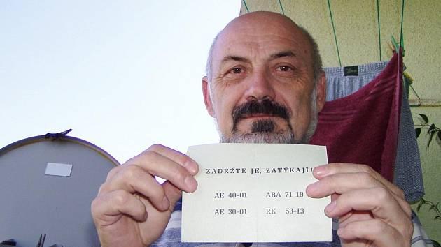 Antonín Kučera s letáky z roku 1968.