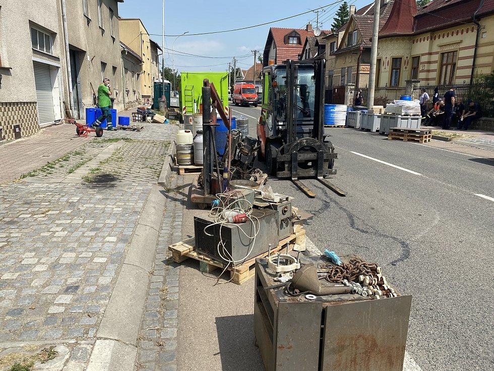 Odstraňování chemikálií v Kyjově v Komenského třídě.