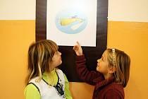 Děti se s výtvarnými díly setkávají každý den na školní chodbě.