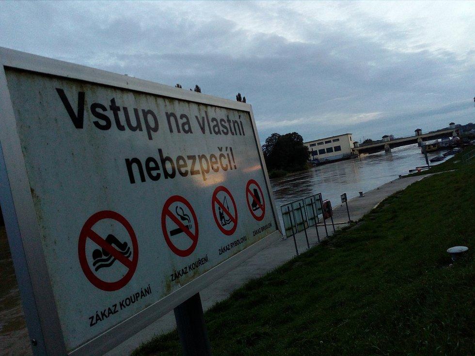 Zvýšenou hladinu řeky Moravy si k hodonínskému jezu přicházejí prohlédnout zástupy obyvatel.