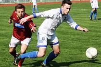 Záložník Kyjova Lukáš Mlýnek (v bílém) bojuje o míč se středopolařem Sparty Brno Lukášem Kubíčkem. Foto: