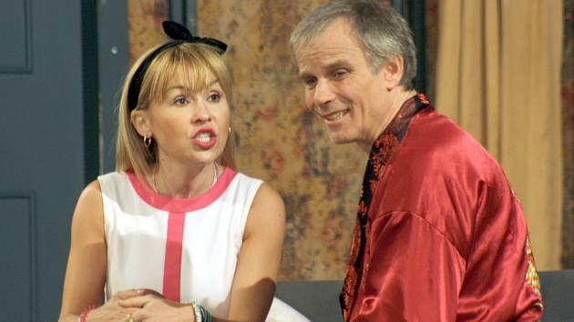 Komedie anglického autora Edwarda Taylora Vztahy na úrovni v obsazení českých hereckých hvězd zaplnila strážnický kulturní dům Strážničan.