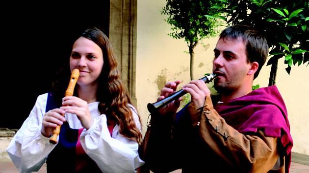 Středověcí muzikanti zahráli v  Miloticích na zámku