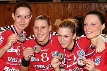 Veselanky si po výhře nad Partizánským polaskaly stříbrné medaile Veselské panenky Gáborová (zleva), Štěrbová, Sukenníková a Chmelařová pózují se stříbrnými medailemi.