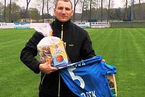 Funkcionáři FC Vracov před utkáním s Tvrdonicemi Radku Procházkovi za jeho působení v prvním týmu poděkovali a předali mu upomínkové předměty. Kromě dresu dostal pětatřicetiletý obránce také dárkový koš.
