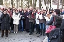 Podporu odvolanému primáři přišly projevit necelé dvě stovky lidí.
