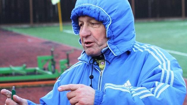 Fotbalisté Vacenovic absolvovali pod vedením zkušeného trenéra Zdeňka Bobota (na snímku) první letošní trénink.