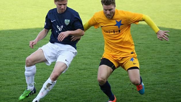 Mutěnický útočník Marcel Čepil (v modrém) zaznamenal proti Ivančicím jednu branku. Vinaři v posledním letošním zápase zvítězili 2:0 a před dlouhou zimní přestávkou se dostali do čela tabulky krajského přeboru.