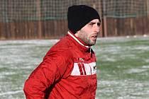 Šestadvacetiletý útočník Radek Sasín se stal první zimní posilou ambiciózního týmu ze Slovácka. Z Radějova, odkud pochází a kde s fotbalem začínal, to bude mít na tréninky a zápasy kousek.