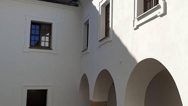 Opravy čejkovického zámku a jeho okolí.