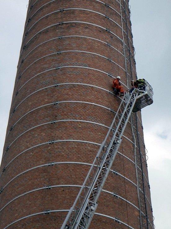 Osmadvacetiletý muž vylezl na jeden z elektrárenských komínů v Hodoníně. Zachraňovat ho museli hasiči i policisté.