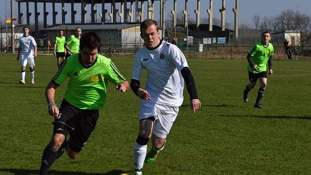 Fotbalisté Doních Bojanovich (v bílých dresech) hrají své domácí zápasy kvůli rekonstrukci hlavní plochy na vedlejším tréninkovém hřišti.