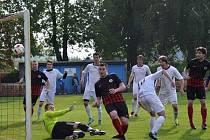 Fotbalisté Dolních Bojanovic (v černých dresech) prohráli na hřišti Vnorov 0:2. Nedělní duel rozhodli sourozenci Bittnerovi.