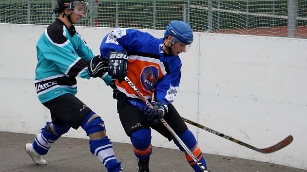 Útočník Gladiators Hodonín Jiří Hynšt (vpravo) bojuje o míček s obráncem Strážnice.