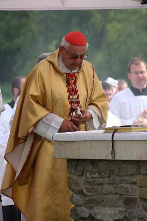 Cyrilometodějskou bohoslužbu na mikulčické akropoli vedl kardinál Miloslav Vlk. Ten připomněl také to, že za rok se bude oslavovat již 1250. výročí příchodu Cyrila a Metoděje.