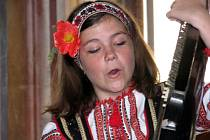 Freskový sál milotického zámku rozezpíval a roztančil ukrajinský soubor Zvoneček.