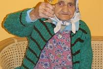 Anna Vachůtová si připíjí ke stým narozeninám.