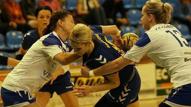 Interligové házenkářky Zlína (v modrém) v 7. kole v moravském derby v neděli 9. listopadu hostily rivalky z Veselí nad Moravou.