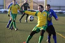 Fotbalisté Mutěnic (ve žlutých dresech) na umělé trávě Pod Búdama prohráli s divizní Břeclaví 0:1.