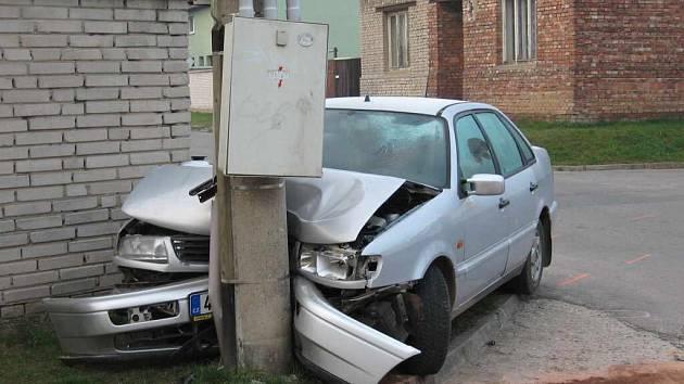 Řidič parkoval přímo na sloupu