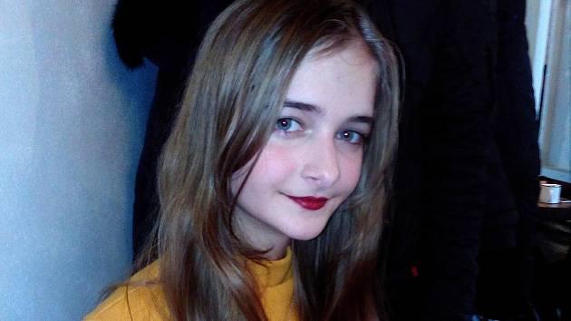 Patnáctiletá Anna Bednaříková z Dubňan darovala své dlouhé vlasy onkologicky nemocnému dítěti.