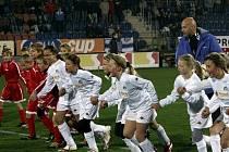 Kluci a děvčata z přípravky Vlkoše (v červeném) okusili v Uhreském Hradišti amtosféru ligového zápasu.