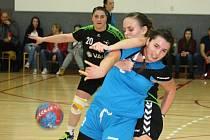 Hodonínské házenkářky (zelenočerné dresy) potvrdily v Kunovicích roli favorita a po vydřené výhře 25:22 zůstaly v čele první ligy žen.