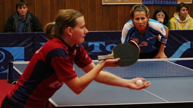 Hana Matelová (v červeném) servíruje proti české jedničce Štrbíkové.