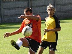 Fotbalisté Kněždubu (ve žlutých dresech) potvrdili proti Žarošicím roli favorita, když okresního rivala přehráli 4:2 a udrželi se v popředí první B třídy.