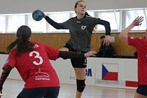 Starší dorostenky Veselí nad Moravou (v šedých dresech) doma přehrály Porubu 36:33 a v ligové tabulce se posunuly na třetí místo.