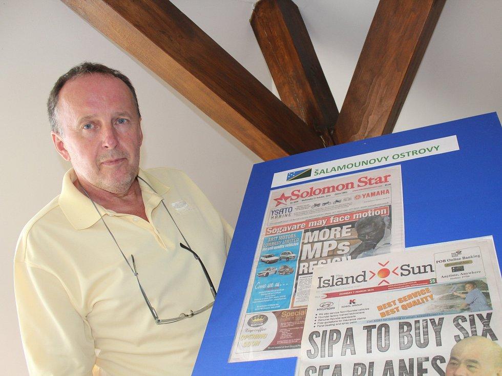 Karel Fiala představuje svou sbírku novin z celého světa.