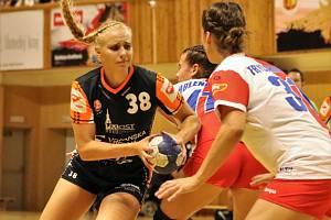 Valerie Smetková (s míčem) se prosadila do kádru aktuálně nejlepšího českého týmu z Mostu.