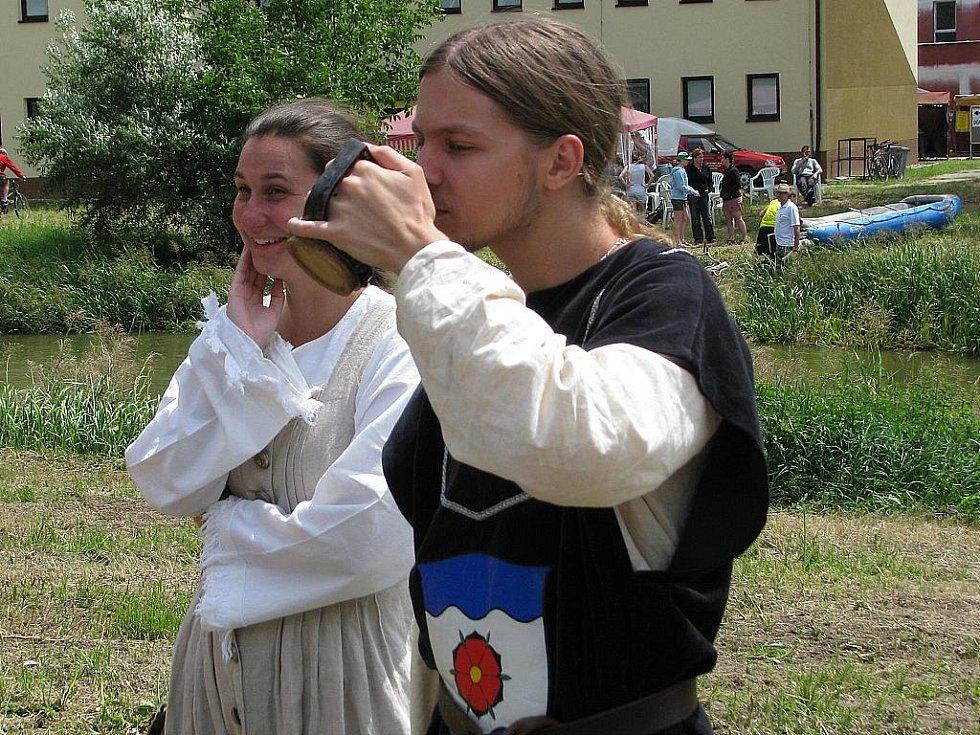 Zdobení lékařských špachtlí, házení balónků na čarodějnici či raftové závody. I to si vyzkoušeli návštěvníci pohádkového vodního království. Centrem oslav bylo opět hodonínské Masarykovo muzeum a okolí slepého ramene Řeky Moravy.